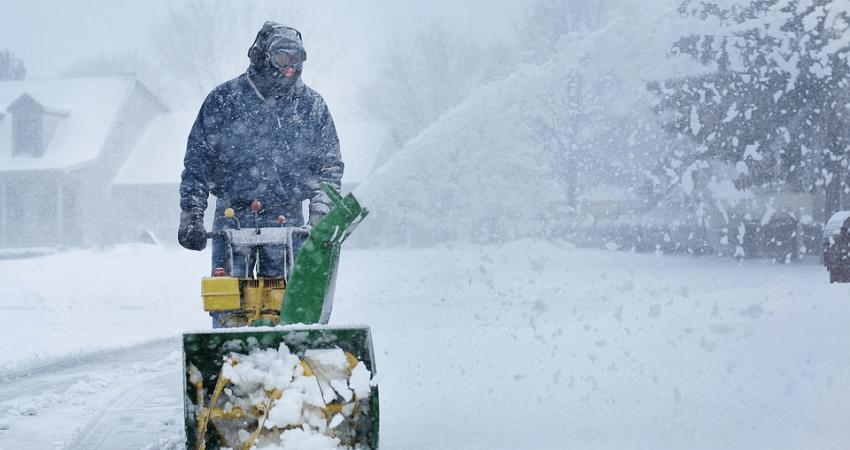 Zimowe prace wogrodzie - odśnieżanie ogrodu
